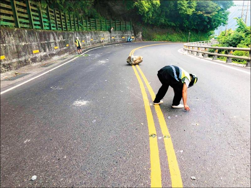 工作人員清除路面落石。 (記者江志雄翻攝)