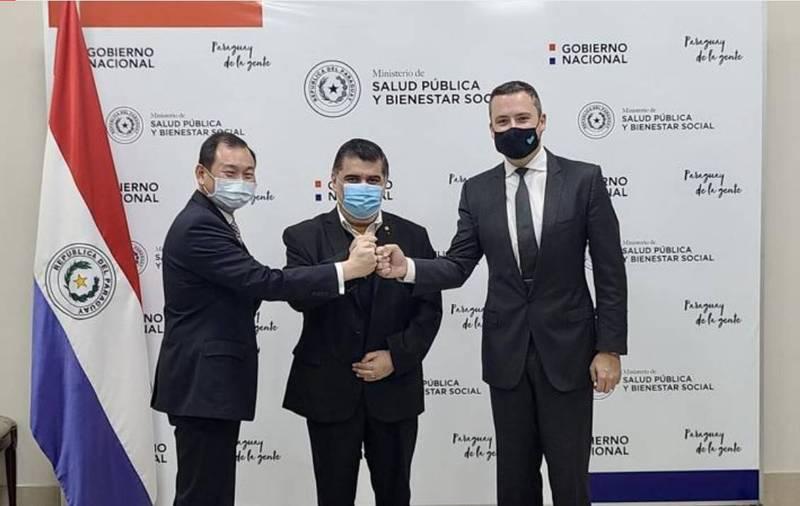 巴拉圭政府16日與台灣聯亞生技合作研發武肺疫苗的美國公司Vaxxinity簽下100萬劑疫苗預採購合約,我駐巴拉圭大使韓志正(左)也在場。(圖翻攝自推特)