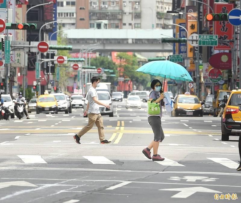 今(21)日確診數新增降到兩位數,為5月15日雙北三級警戒以來最低,針對6月28日是否可能解封也引發網友熱議。圖為受疫情影響,台北市街道冷清。(資料照)