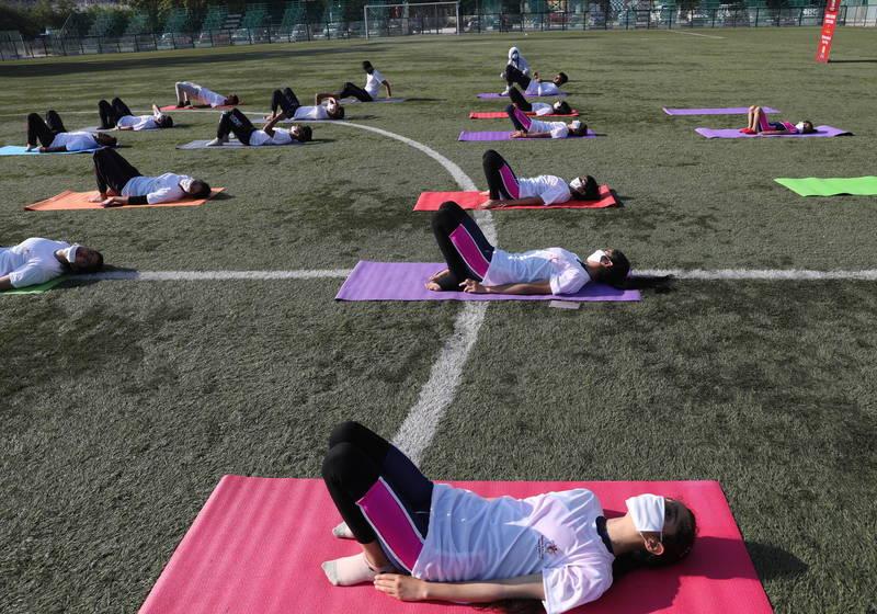 6月21日是國際瑜珈日,印度各地慶祝活動連續2年因疫情而縮減。(歐新社)