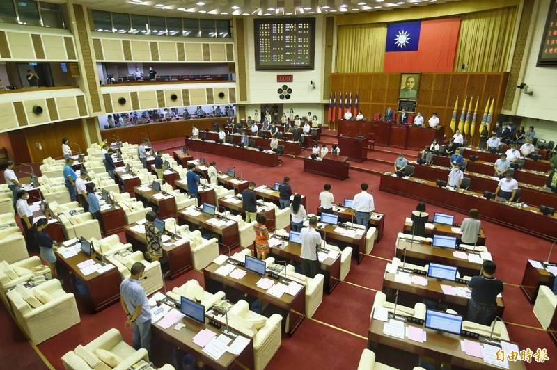 台北市議會為疫情死亡市民默哀。(記者方賓照攝)