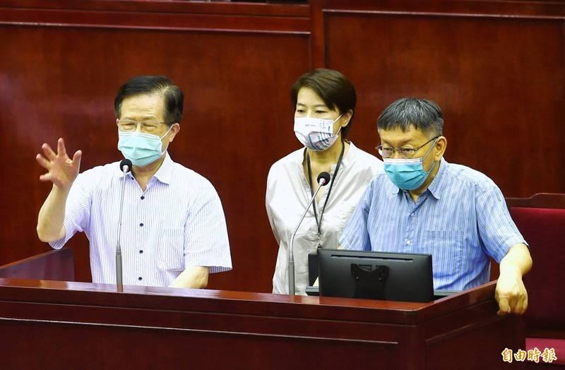 針對禾馨診所舉行記者會說明疫苗問題,台北市衛生局長黃世傑(左)21日在議會答詢時指禾馨診所「得寸進尺」。右為台北市長柯文哲,中為副市長黃珊珊。(記者方賓照攝)