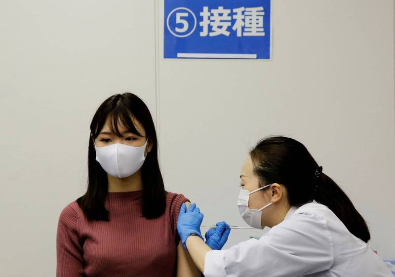 日本大學院校的武肺疫苗施打今(21日)開跑,學生和教職員都可注射。日本疫苗接種示意圖。(路透)