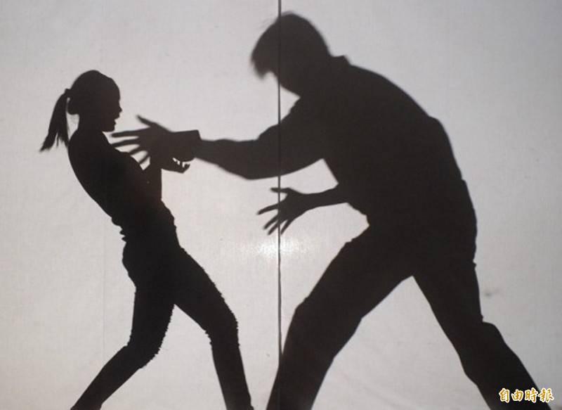 王男假借幫小玲按摩、竟伸出祿山之爪強摸對方乳房及強吻;幾分鐘後又到超商旁停車場,再次強吻、解開女方衣扣強摸胸、吻乳房持續10餘分鐘,還隔著褲子摸女方下體及拿小玲的手碰觸其下體。(資料照)