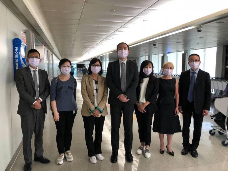 台灣駐香港辦事處代理處長林振宙(左四)7名官員20日下午3時30分返台,完成政府交付的任務。(翻攝陸委會臉書)