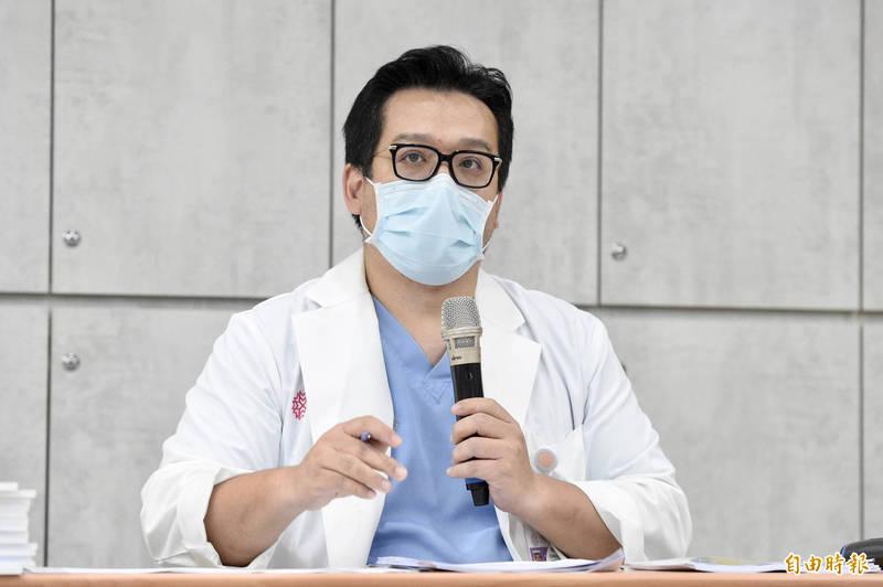禾馨診所執行長林思宏今日舉行記者會說明疫苗爭議,並公布800多名的接種名單。(記者叢昌瑾攝)