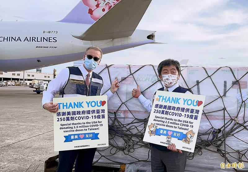 圖為美國政府援助台灣的250萬劑的莫德納疫苗20日下午4時30分運抵桃園機場,中央流行疫情中心指揮官陳時中(左)、美國在台協會(AIT)台北辦事處長酈英傑(右)前往桃園機場接機並關切卸載及後送作業。兩人也在疫苗旁舉起寫上「感謝美國政府提供台灣250萬劑COVIN-19疫苗」的手牌合影,突顯台美同心協力共同對抗這一次的疫情友好關係。(資料照)