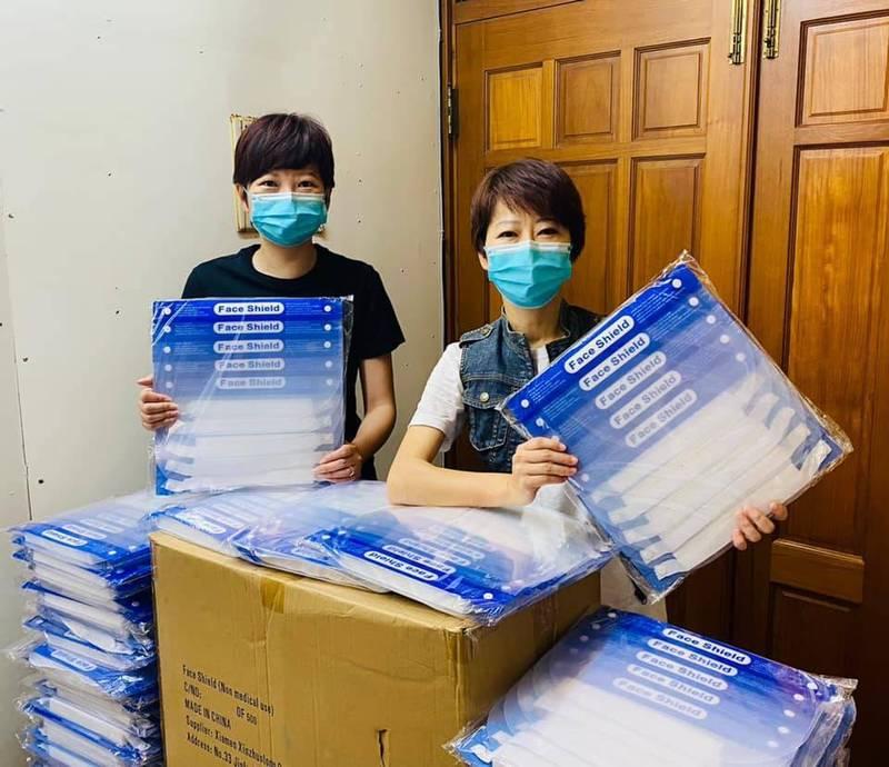 民進黨立委陳亭妃今天PO照表示捐贈2000個防護面罩給台南北區、安南區、中西區的里長。(圖擷取自陳亭妃臉書)