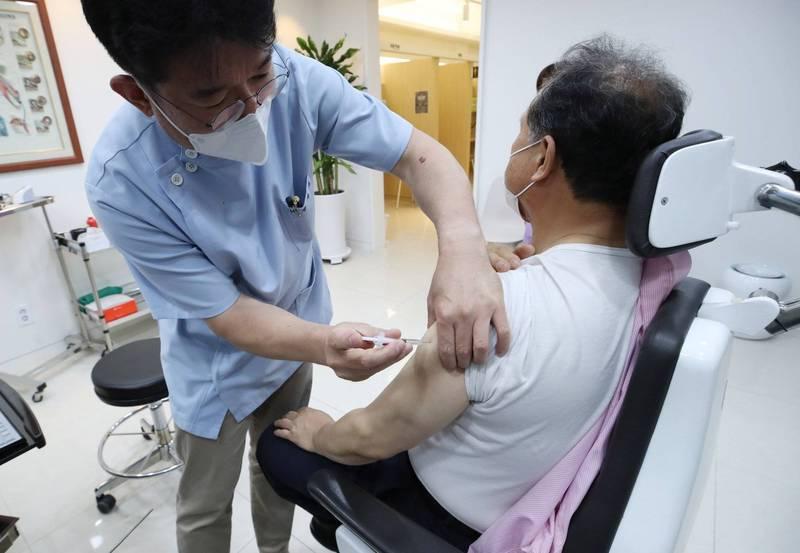 韓國一名30多歲男性日前接種AZ疫苗後,因血栓合併血小板低下症候群(TTS)死亡,官方今天證實死因與疫苗有關,也是韓國官方首次認證血栓症病例死因與疫苗確有因果關係。圖為韓國首爾的診所為民眾施打疫苗,與此新聞事件無關。(歐新社)