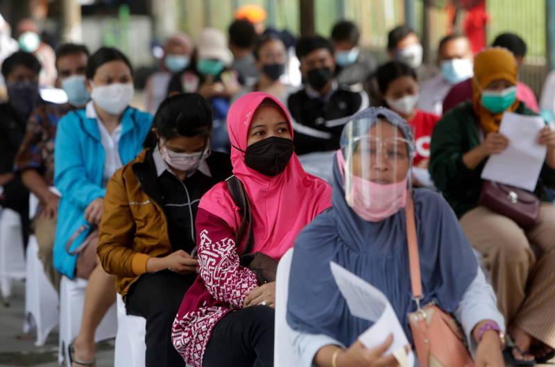 印尼武漢肺炎確診數近日驟增,民眾排隊等待疫苗接種。(歐新社)