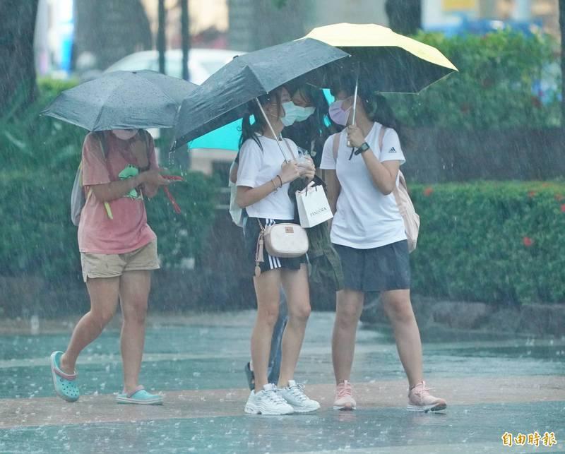 受西南風及鋒面影響,今天(21日)氣象局對中南部地區發布豪雨特報。氣象粉專「台灣颱風論壇|天氣特急」則提醒,今天深夜至明早要注意較大雨勢,有致災可能。(資料照)