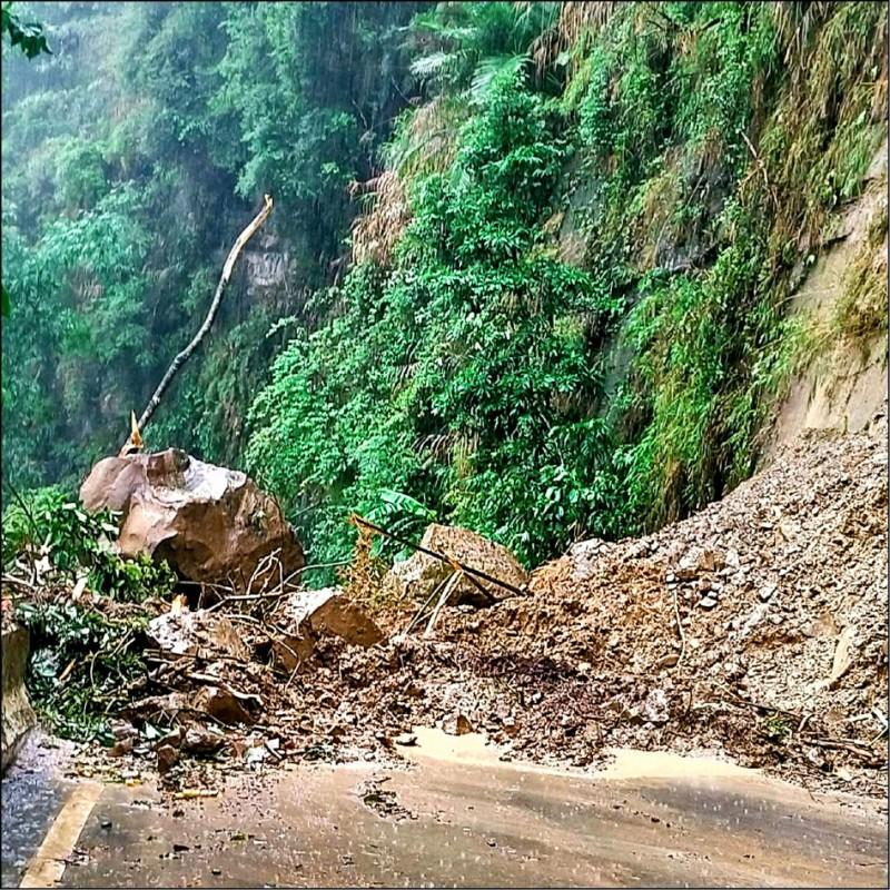 嘉義166縣道73公里處、竹崎鄉瑞里段山壁崩塌嚴重,落石還打到電線桿導致電線脫落。(王三華提供)