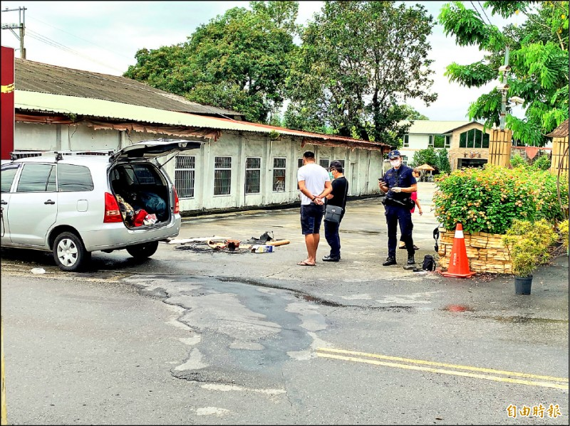 林姓男大生的車子停在餐廳聯外道路的入口,車身佔半個路面,一度引起業者好奇。 (記者佟振國攝)