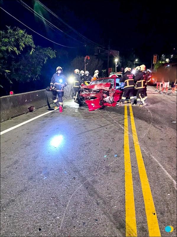 紅色豐田的車主卡在駕駛座內,待消防救護人員救援才脫困。(記者邱書 昱翻攝)