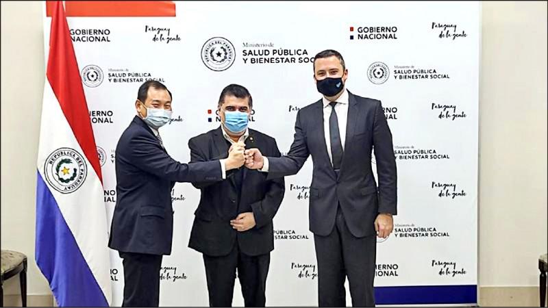 巴拉圭衛生部長波帕(中)和台灣聯亞生技美國合作夥伴Vaxxinity公司策略長哈里森(右)十六日簽署一百萬劑聯亞疫苗預購合約,我國駐巴國大使韓志正(左)也出席儀式。(美聯社)