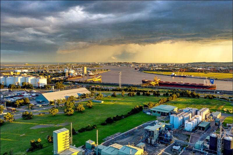 15名澳洲國會議員聯名向澳洲總理莫里森和財政部長佛萊登柏陳情,要求對新南威爾斯州紐卡索港遭中國央企「招商局港口控股公司」壟斷經營,並對澳洲煤炭出口商多徵收港口服務費等情事採取行動。圖為該港出口煤炭的碼頭。(彭博檔案照)