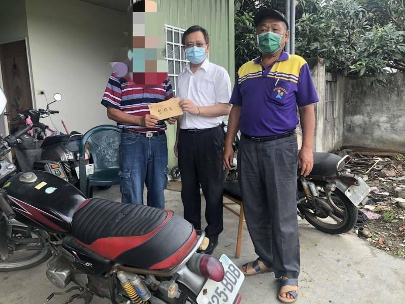 台南93歲老婦打疫苗後中風,安南區長葉誌明昨日特地前往慰問家屬,但今早仍傳出93歲老婦不幸身亡的消息。(安南區公所提供)
