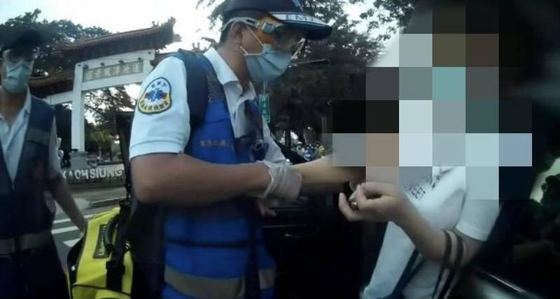 救護員將顏女送醫治療。(記者洪定宏翻攝)