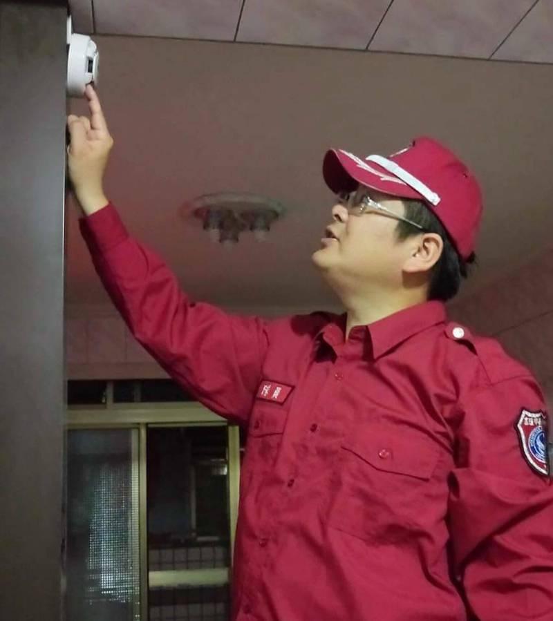 疫情期間,基隆消防人員已暫停居家防火宣導及到府安裝住警器工作,提醒民眾小心求證防詐騙。(記者林欣漢翻攝)