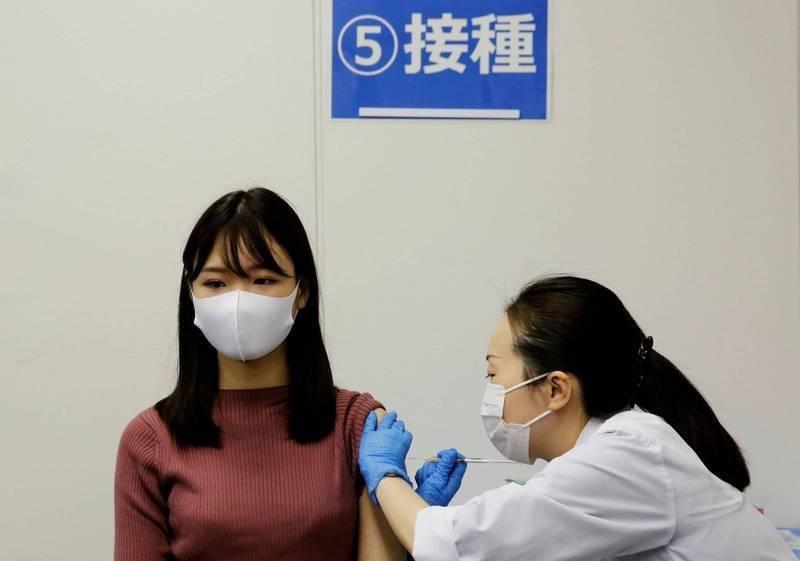我國各大學協會爭取將教職員列為第7順位優先接種疫苗對象。 日本大學院校的武肺疫苗施打自昨日起跑,學生和教職員都可注射,圖為日本疫苗接種示意圖。(路透)