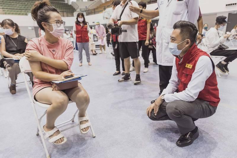 林智堅前往視察孕婦施打疫苗狀況。(市府提供)