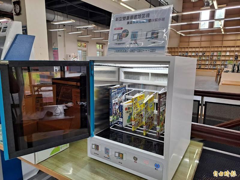 新竹縣府文化局圖書館挑選好書打包前先滅菌。(記者黃美珠攝)