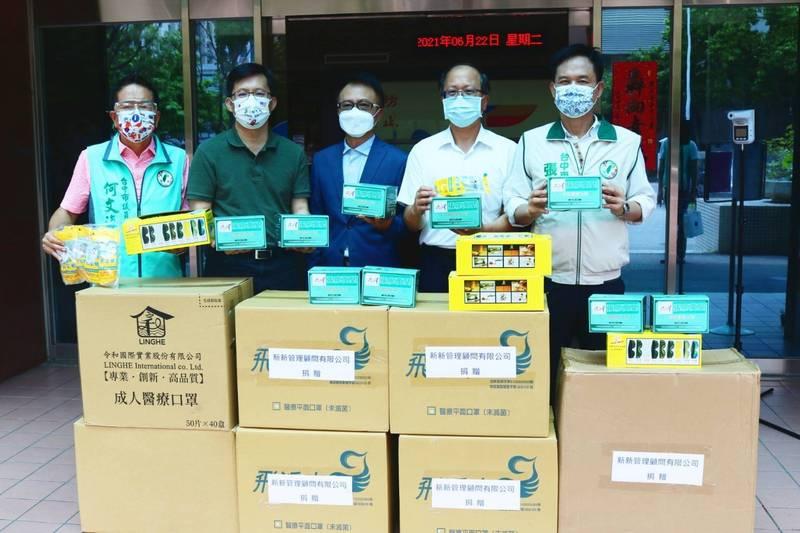 立委張廖萬堅及中市議員送防疫用品給四分局(張廖萬堅提供)
