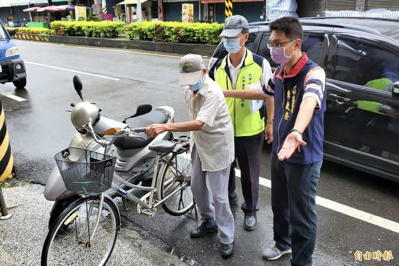 六甲區長陳啓榮(右)到疫苗注射合約診所巡視關心長者施打情況。(記者楊金城攝)