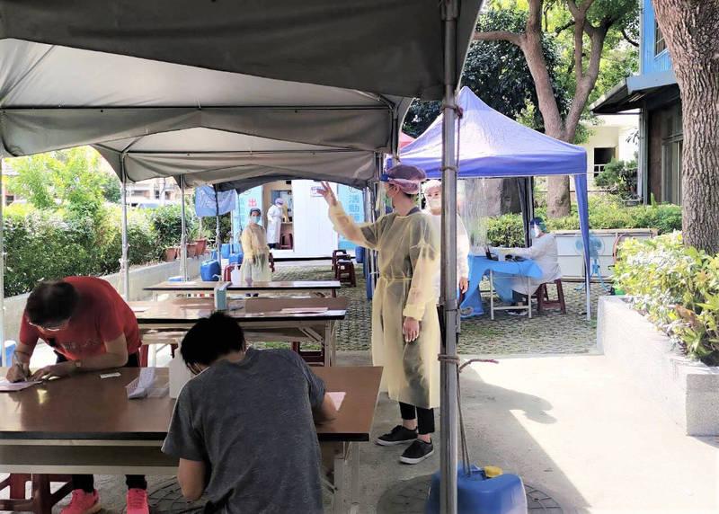 五股、八里、林口區公所安排轄內9處市場攤商及工作人員前往快篩。(圖由林口區公所提供)