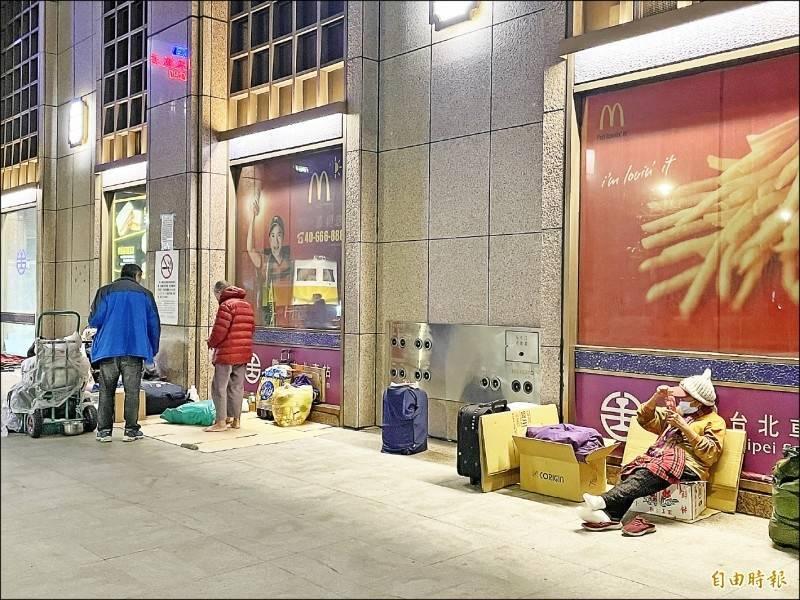 台北車站四周,平時聚集多名街友,社會局稍早證實,台北車站有8名街友確診。(資料照)