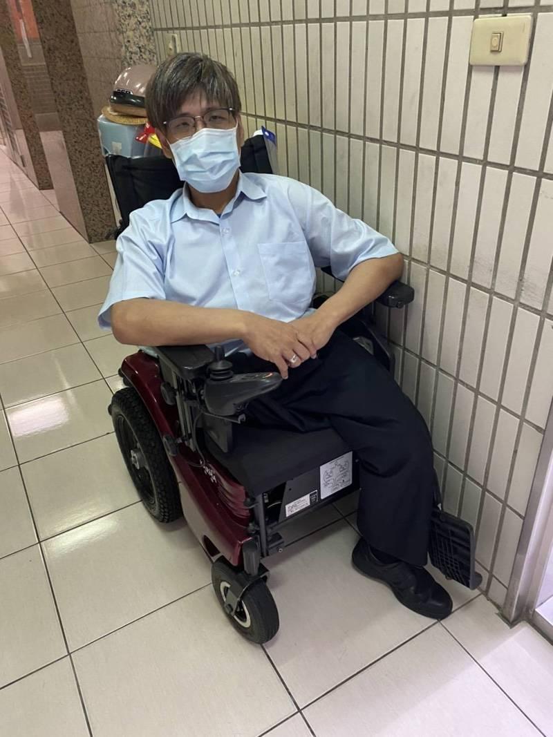 身障勞工張忠義去年受贈輪椅被列入年所得,因而申請勞工紓困貸款被打回票。(賴香伶辦公室提供)