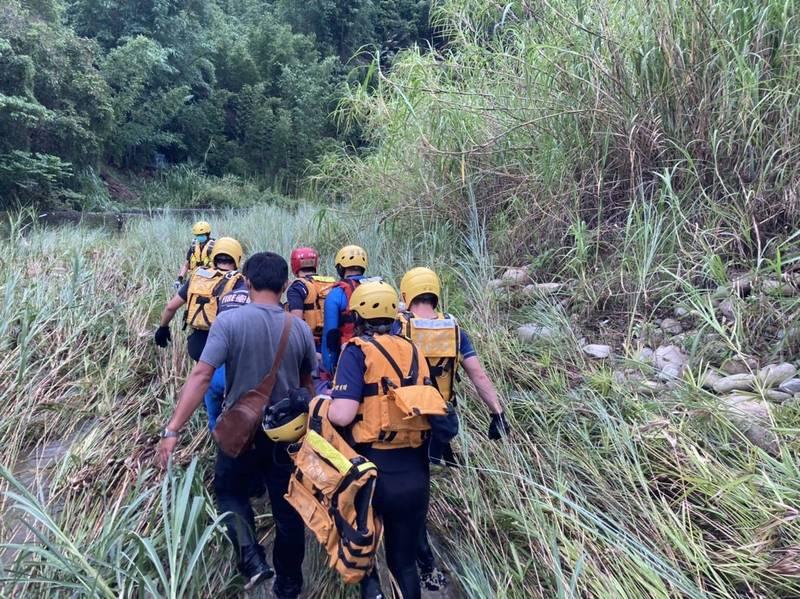 台中市消防人員獲報將老婦救上岸送醫。(記者歐素美翻攝)