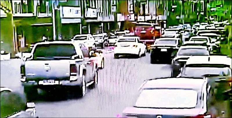 週末國五車流增加,頭城市區車輛也明顯增多,讓當地民眾相當憂心。(記者林敬倫翻攝)