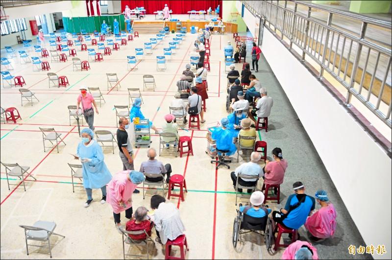 花蓮縣昨展開第二梯次長輩疫苗施打,圖為花蓮市中華國小接種站情形。(記者花孟璟攝)