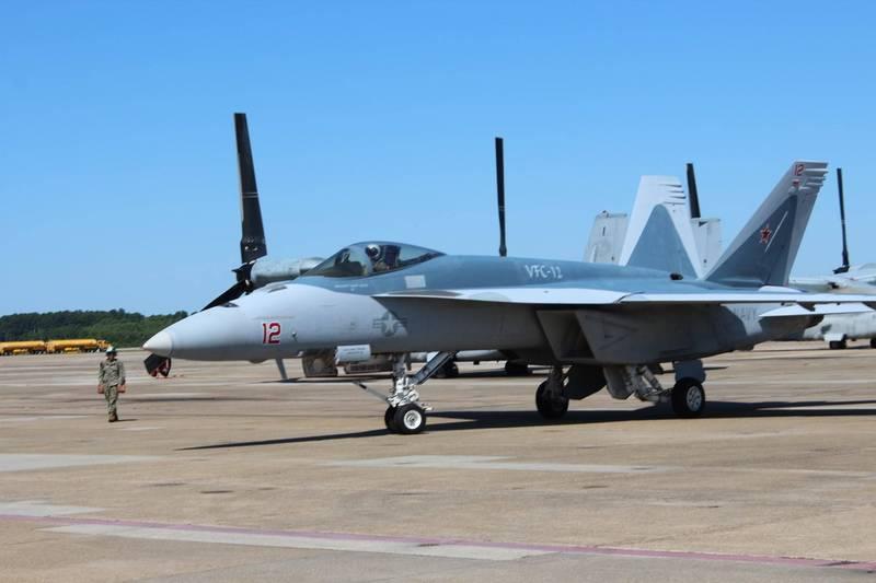 美國F/A-18E超級大黃蜂戰機,被漆上了俄羅斯Su-57首款匿蹤戰機的塗裝,針對意義明顯。(圖翻攝自VFC-12戰鬥中隊官方臉書)