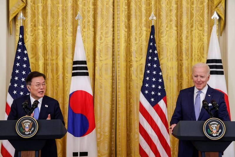 圖為美國總統拜登(右)與南韓總統文在寅。(路透)