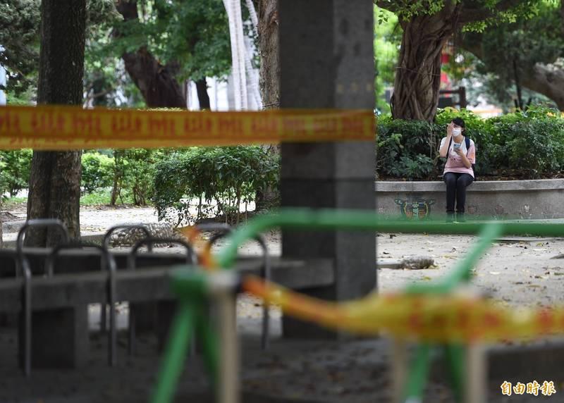 中山醫學大學附設醫院兒童急診科主任謝宗學在臉書上貼文表示,若能符合兩點就可以解封,圖為台灣三級防疫期間公共設施遭封鎖。(資料照)