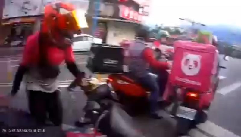 UberEats外送員在路口遭到數名Foodpanda外送員圍堵,雙方僵持不下,場面相當火爆。(圖片擷取自臉書)