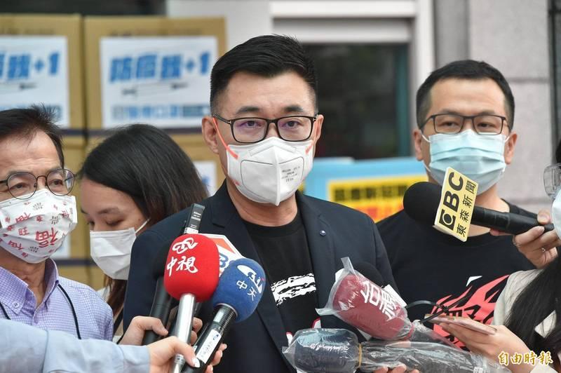 國民黨主席江啟臣22日致贈口罩及防疫面罩予台北市計程車工會,會後受訪。(記者塗建榮攝)