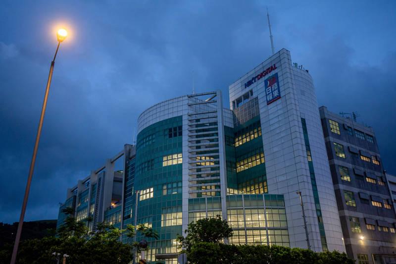 香港壹傳媒及蘋果日報資產遭當局凍結,恐被迫停刊。(彭博)