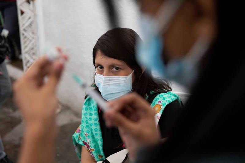 即使巴西疫情持續增溫,但許多巴西人寧願排隊等候輝瑞疫苗,也不願冒險接種該國主流的中國科興疫苗。(歐新社)