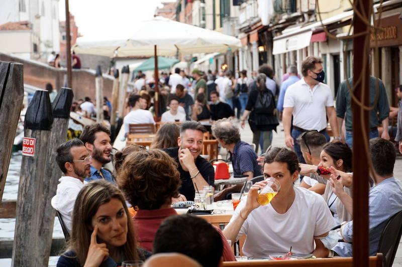 圖為6月初時,群眾在威尼斯的戶外餐廳用餐。(歐新社)