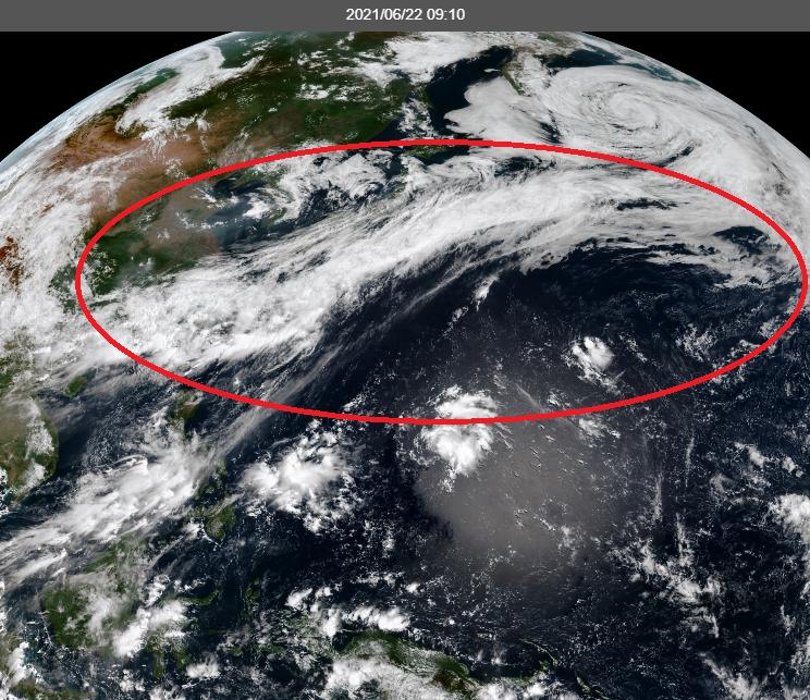 氣象專家吳德榮PO出最新衛星雲圖表示,一條「行星尺度」等級的典型梅雨鋒面,從日本東方海面向西南方面延伸貫穿台灣,再向西到廣西及越南北部,長達6000公里以上,畫面相當震撼。(擷取自中央氣象局)