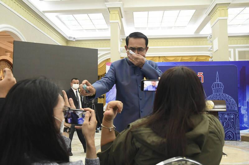 媒體人陳文茜日前在臉書PO文,稱泰國總理帕拉育(圖中噴酒精者)謙卑勝過總統蔡英文。(美聯社)