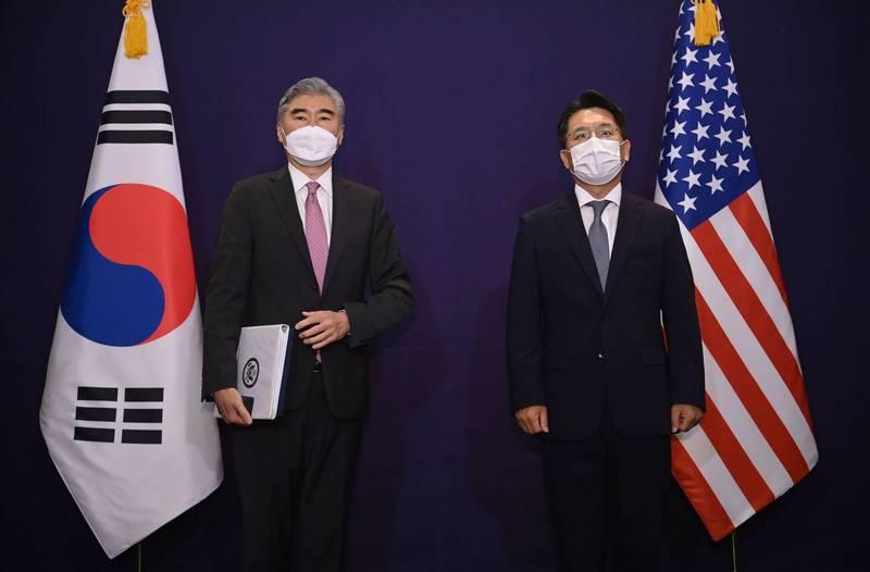 美國北韓特使金成(左)訪韓,和南韓外交部朝鮮半島和平交涉本部長鲁圭德(右)進行會談。(路透)