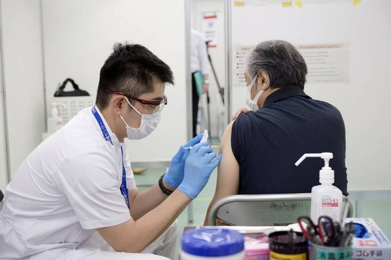 日本東京都立川市1名60來歲的老翁,單日被接種2劑武肺疫苗,血壓一度升高。日本疫苗接種示意圖。(路透)