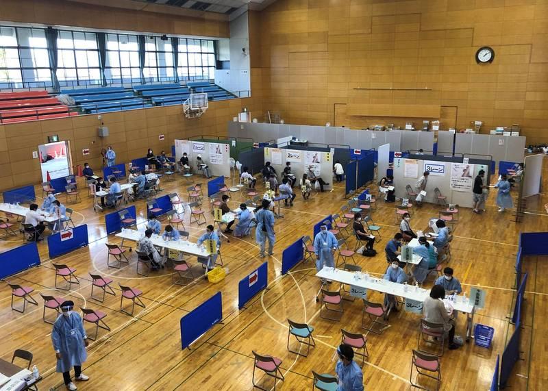 北海道釧路市近日啟動大規模疫苗接種計畫,祭出高額日薪招募問診醫師。圖為日本大規模接種站示意圖。(路透資料照)
