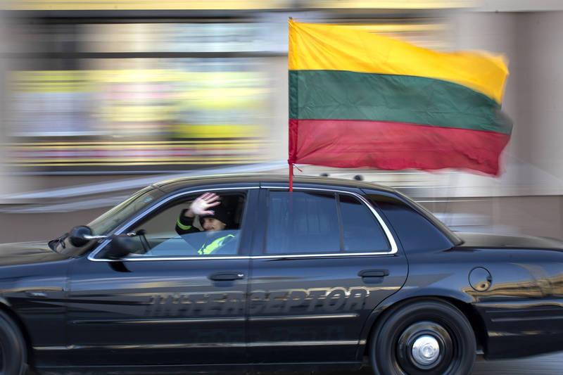 台北市議員苗博雅在臉書PO文指出,立陶宛和台灣有個命運的共通點:「在地緣政治上,持續受到極權的威脅。」圖為立陶宛一輛汽車的駕駛載著國旗慶祝立陶宛從蘇聯宣布獨立31週年。(美聯社)