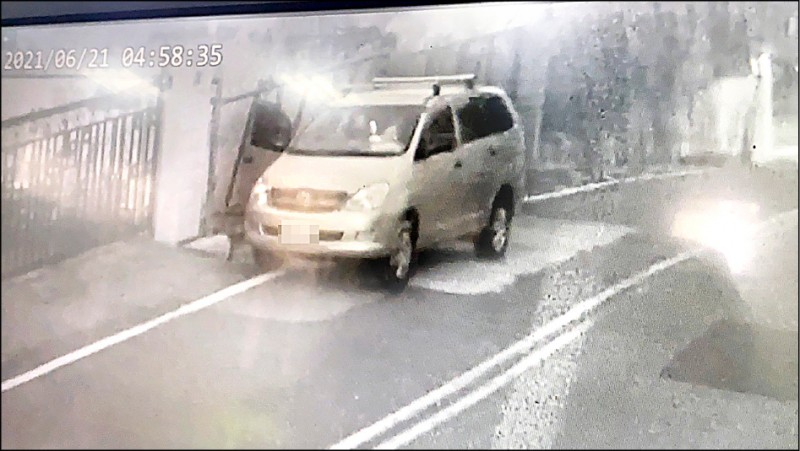 林男的休旅車緩緩向前移動,但右前門卻呈開啟狀態。(民眾提供)