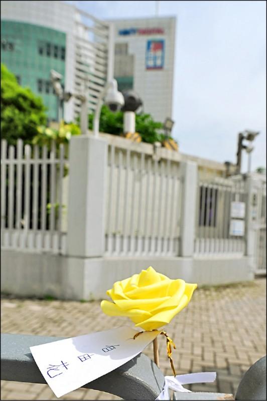 香港蘋果日報面臨停刊命運,有支持者特地前往其總部擺放黃色玫瑰花,對其勇抗強權致上敬意。(法新社)